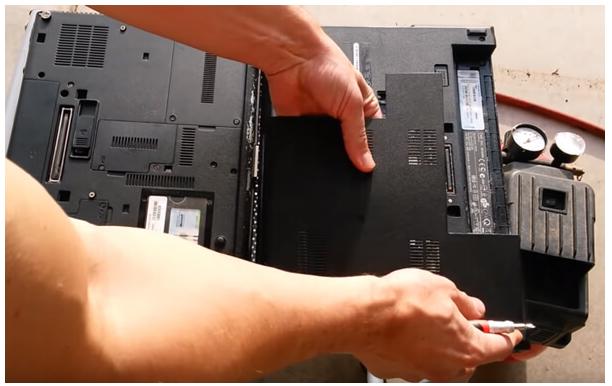 Vệ sinh laptop tại quận 8, tra keo tản nhiệt, lau vỏ và màn hình laptop bằng khăn mềm tẩm dung dịch chuyên dụng