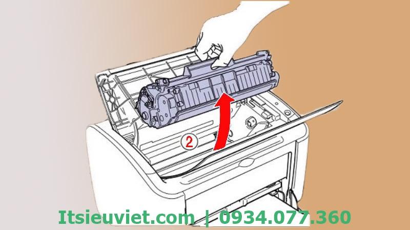 Tháo hộp mực để quá trình gỡ giấy thuận tiện hơn khi gặp tình trạng máy in bị kẹt giấy