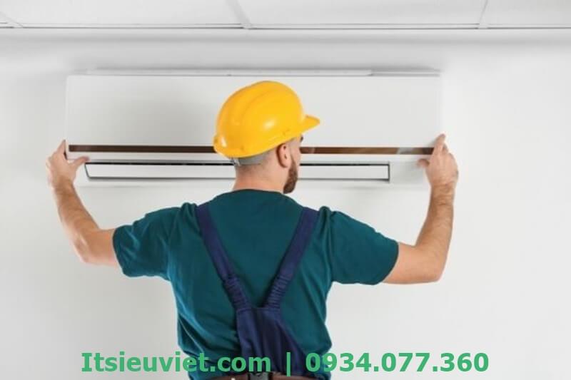 Nhân viên sửa máy lạnh tại nhà Tân Bình của IT Siêu Việt rất tận tâm